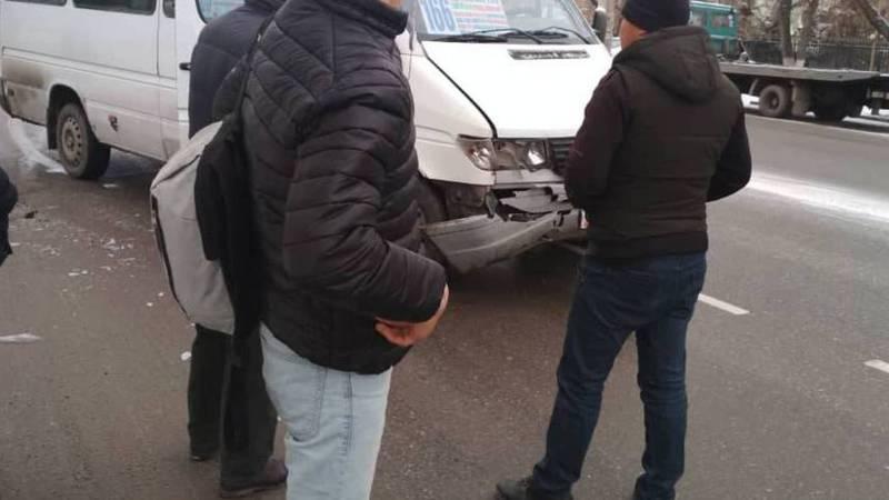 В мкр Тунгуч столкнулись маршрутка и «Ниссан» (фото)