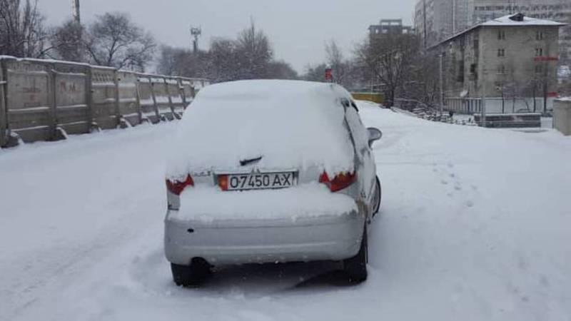 На ул.Линейной «Матиз» третий день стоит на проезжей части дороги, - бишкекчанин (фото)