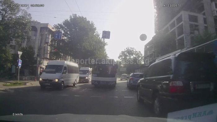 В центре Бишкека общественный транспорт грубо нарушил ПДД <i>(видео)</i>