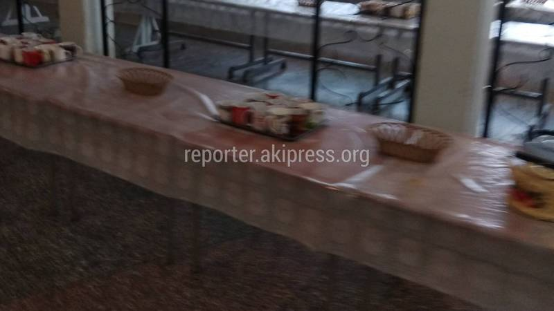 В Оше в школе-гимназии №7 им.Наримана в столовой нет стульев, - жительница (фото)