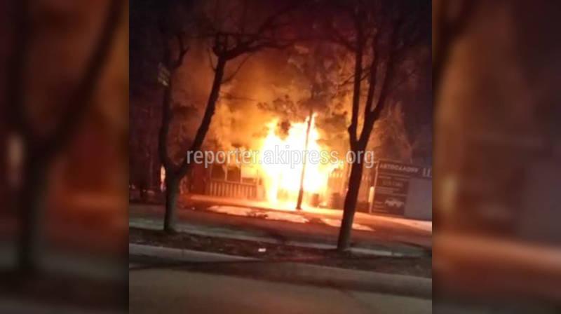 Ночью на Чуй-Лермонтова сгорела вулканизация. Видео