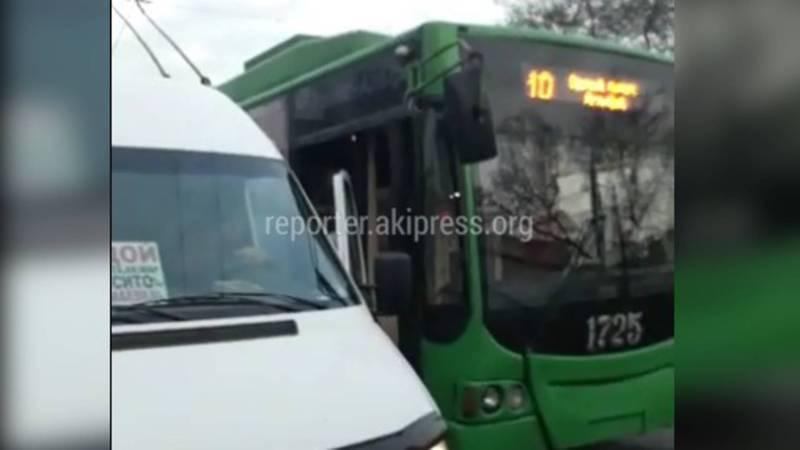 На пр.Чуй возле Ошского рынка маршрутка №218 и троллейбус №10 не поделили остановку, - очевидец (видео)