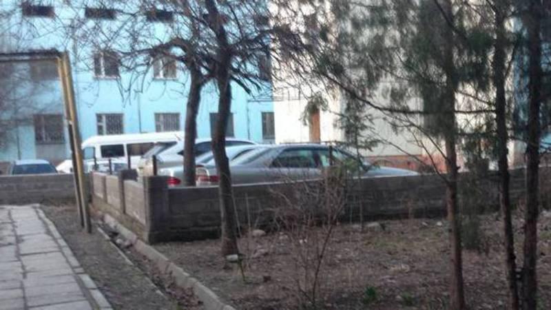 Житель Востока-5 интересуется, законно ли установили забор во дворе дома №31?