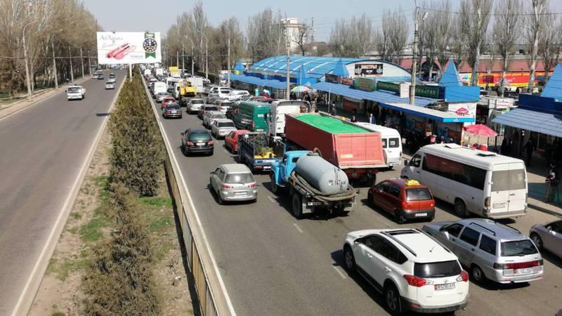 В Бишкеке на ул.7 Апреля от рынка «Мадина» до пр.Чуй постоянно автомобильный затор (фото)