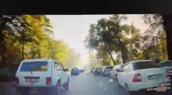 Каждый день сотрудники УВД Ленинского района на личном и служебном автотранспорте утром блокируют одну полосу ул.Московской, - бишкекчанин (видео)