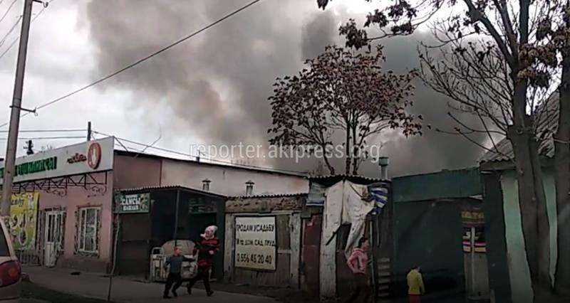Видео – В районе Ошского рынка пожар