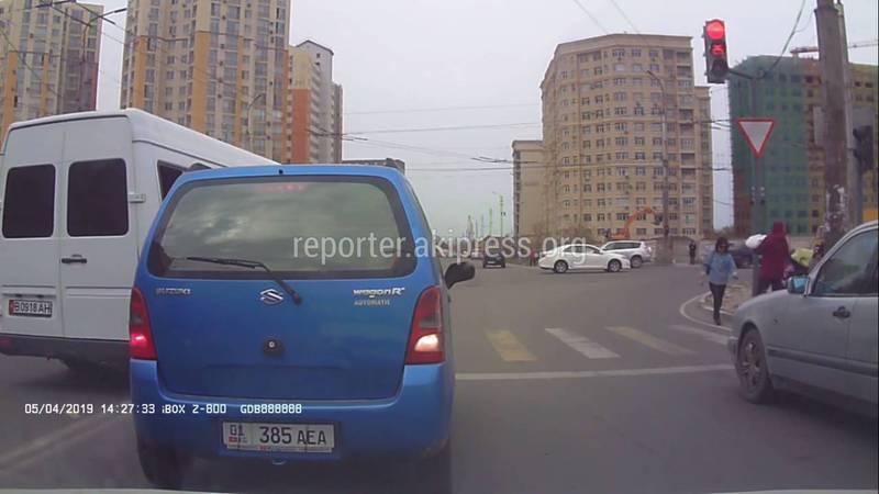 На Ахунбаева - Тыналиева маршрутка №107 выехала на встречную полосу и проехала на красный свет (видео)