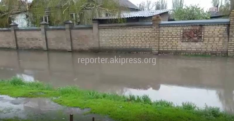 В с.Новопавловка на ул.Фрунзе №200 в дождливую погоду топит тротуар (видео)