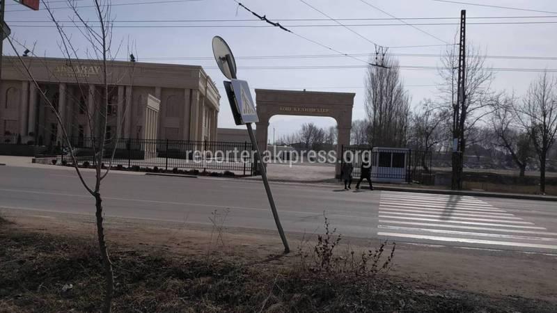 На Анкара - Менделеева накренился знак пешеходного перехода (фото)
