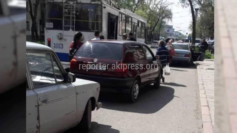 На Чуй - Молодая Гвардия в обеденное время остановка занята припаркованными авто (фото)
