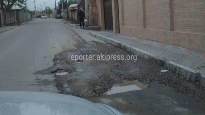 На ул.Валдайская возле дома №13 на недавно отремонтированной дороге появились ямы (фото)