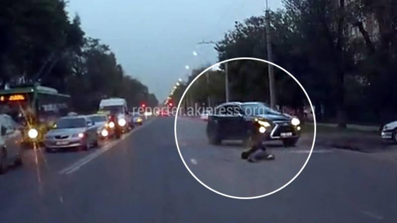 Видео — «Лексус» выехал на встречку и сбил пешехода