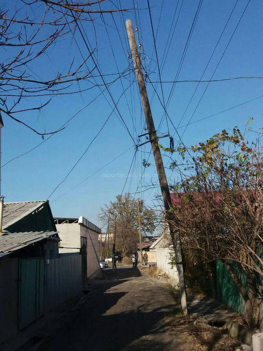 В переулке Ашхабадском накренился электрический столб, - бишкекчанин (фото)