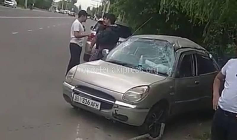 На ул.Ауэзова «Тойота» въехала колесом в открытый люк и перевернулась (видео)