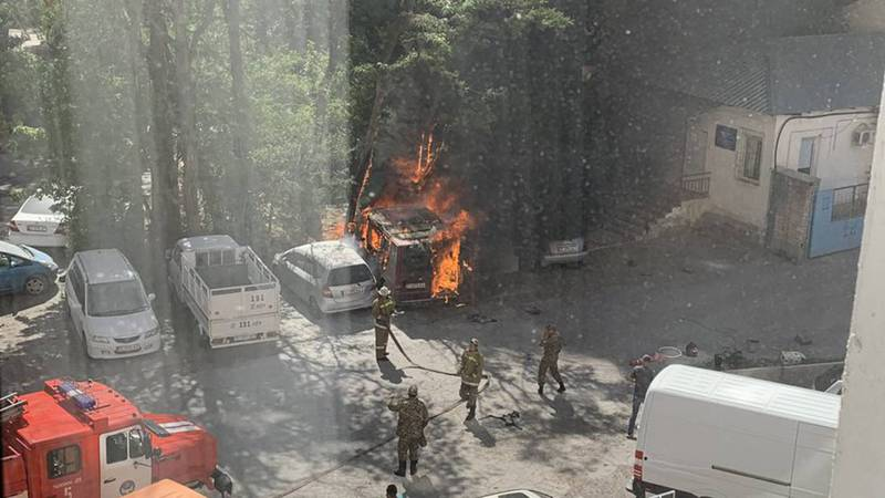 В Бишкеке рядом с заправкой сгорел микроавтобус. Фото