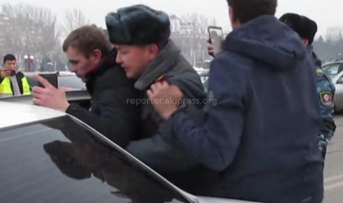 В центре Бишкека столкнулись «Мазда» и машина отдела охраны милиции, после ДТП гражданские оказали сопротивление и обматерили милиционеров <i>(видео)</i>