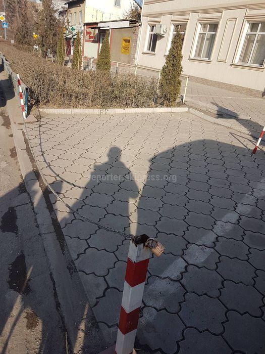 Законно ли частные предприятия устанавливают ограждения с цепью и замками на тротуарах? - горожанин