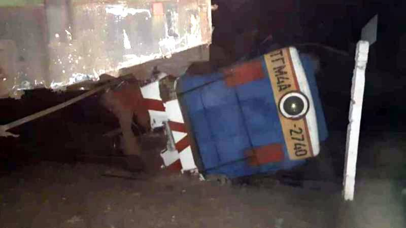 На железнодорожном вокзале в Токмоке локомотив на полном ходу врезался в вагоны (фото)