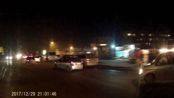 В Бишкеке два водителя не поделили дорогу, один обматерил другого <i>(видео)</i>