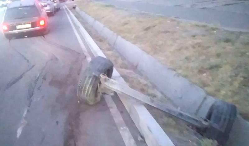 Из-за отскочившей крышки люка оторвало заднюю балку машины. ГУОБДД оштрафовало замдиректора филиала «Бишкектеплосети» на 17,5 тыс. сомов