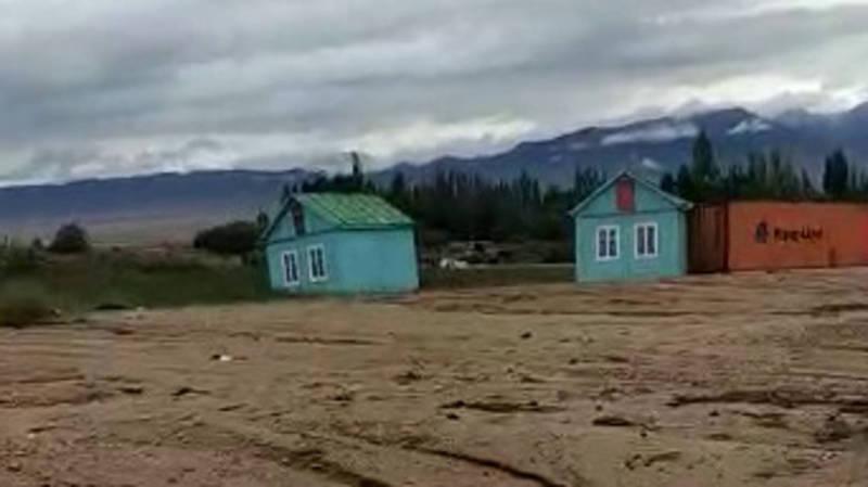 Видео — В селе Кош-Кёль сель вынес домики к берегу озера