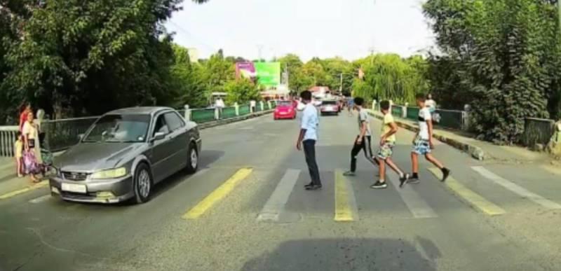 В Оше на ул. Нурматова автомобили не пропускают людей на пешеходном переходе (видео)