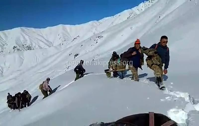 Чабаны попали в снежный плен в горах Суусамыра, пытаясь спустить скот в долину. Видео