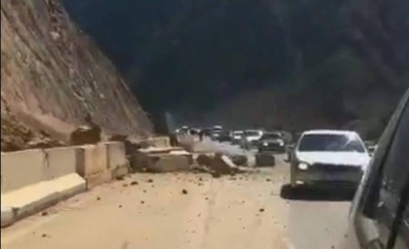 В Боомском ущелье произошел камнепад (видео)