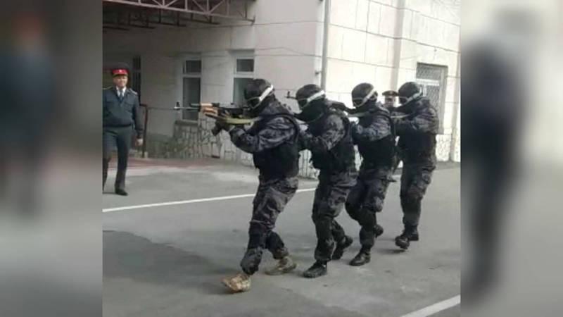 СОБР поздравил угрозыск показательными стрельбами. Видео