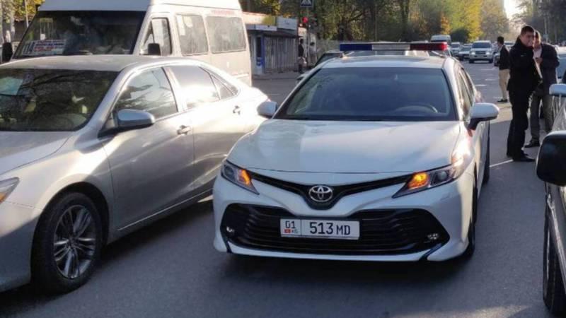 На ул.Боконбаева водитель «Тойоты» припарковался на проезжей части дороги перед светофором и ушел (фото)