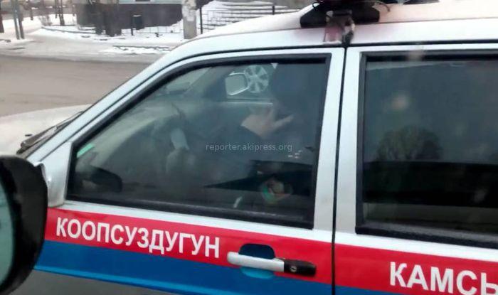 Сотрудник ГУОБДД за рулем служебной машины разговаривал по телефону, - читатель Константин <i>(видео)</i>
