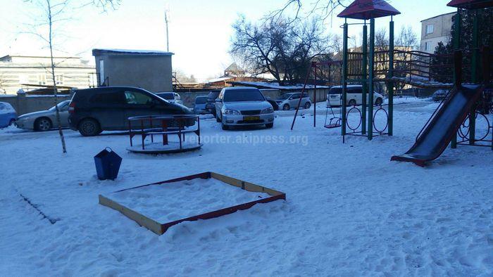 Детская площадка одного из дворов в 5 мкр превратилась в автопарковку (фото)