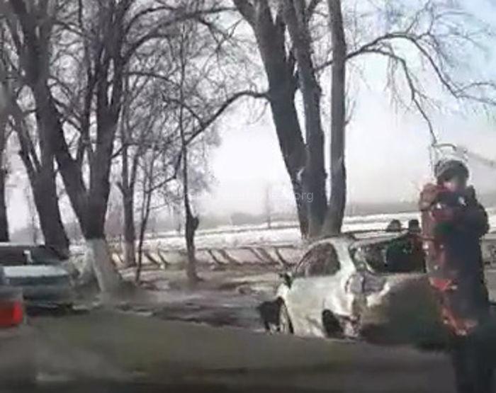 На объездной дороге машина врезалась в дерево (видео с места ДТП)