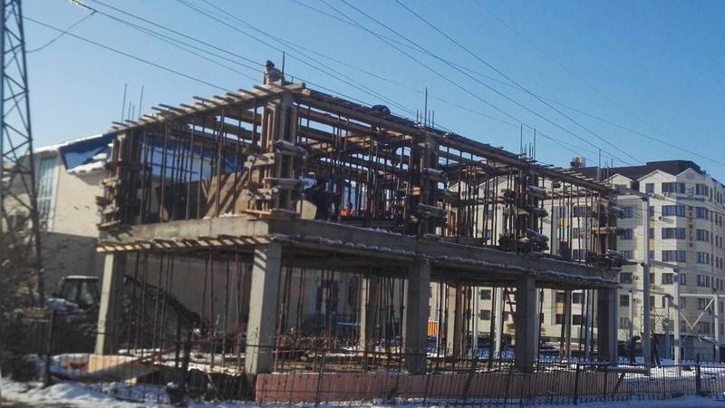 Горожанин: Только в Бишкеке можно строить под высоковольтными линиями