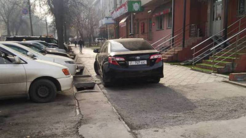 На Фрунзе-Исанова «Тойоту» припарковали на тротуаре