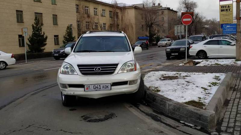 На Токтогула-Орозбекова «Лексус» припарковали на перекрестке. Фото