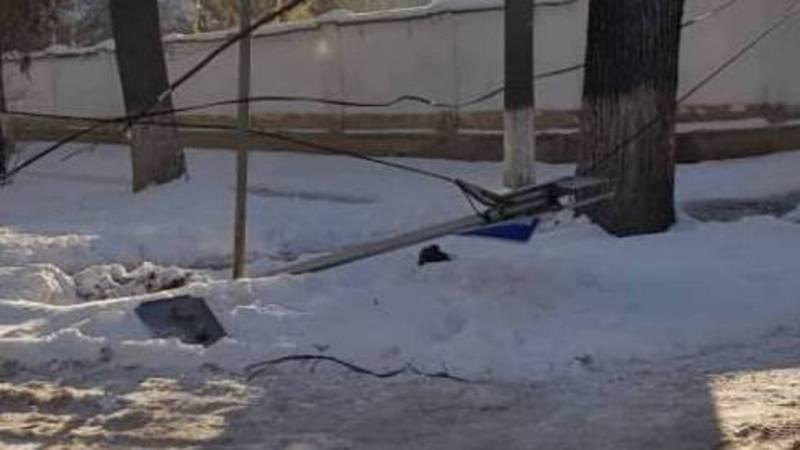 На Раззакова-Чуйкова снесли знак и оборвали провода. Фото
