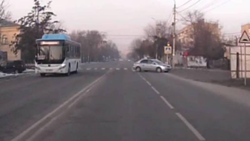 В Бишкеке машина патрульной милиции нарушила ПДД. Видео