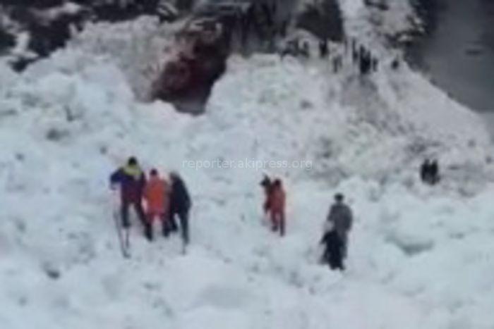 Спасатели МЧС помогают пожилым людям и детям перейти через лавину на автодороге Бишкек—Ош <i>(видео)</i>