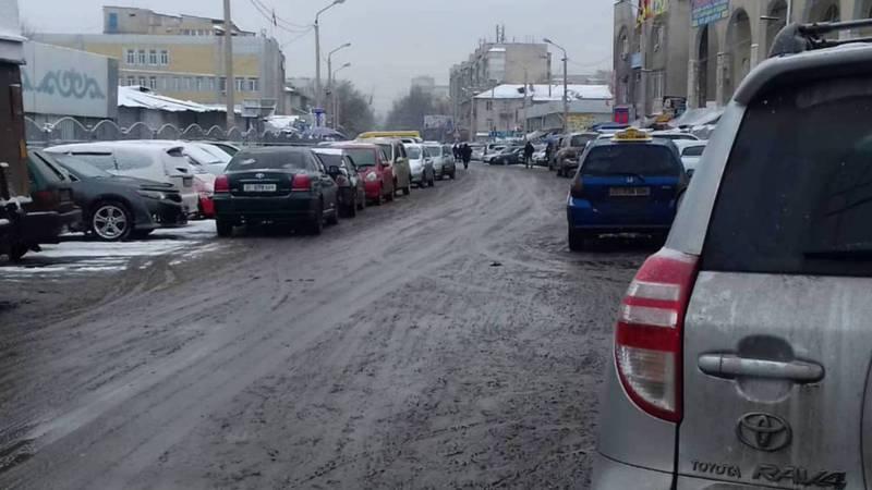 Бишкекчанка жалуется на парковку машин вокруг Ошского рынка. Фото