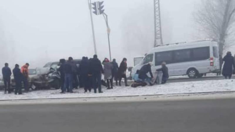 На объездной дороге «Мерседес» столкнулся с «Хондой». 9 человек пострадали. Видео, фото