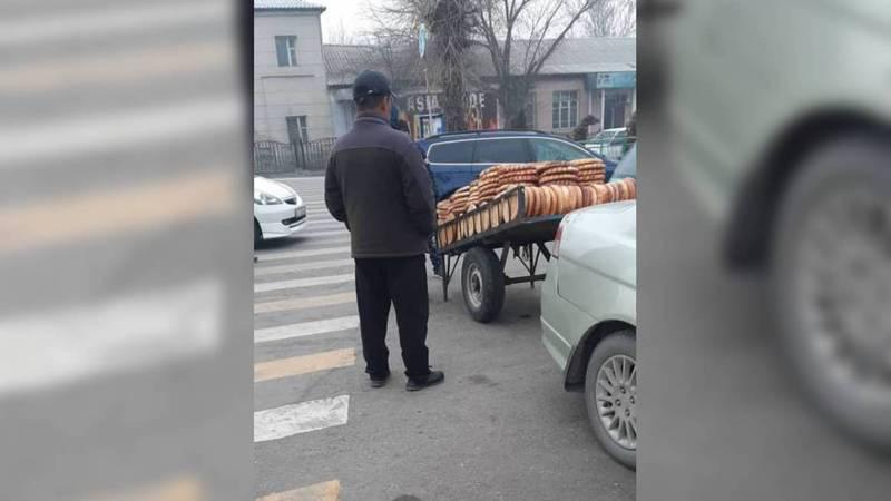 В городе Жалал-Абад на тротуаре продают туши скота и хлеб. Фото