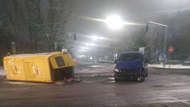 На ул.Суеркулова столкнулись две машины, от удара одна из них перевернулась. Фото