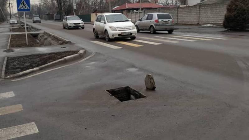 На Орозбекова-Васильева ливнеприемник стоит без крышки. Фото