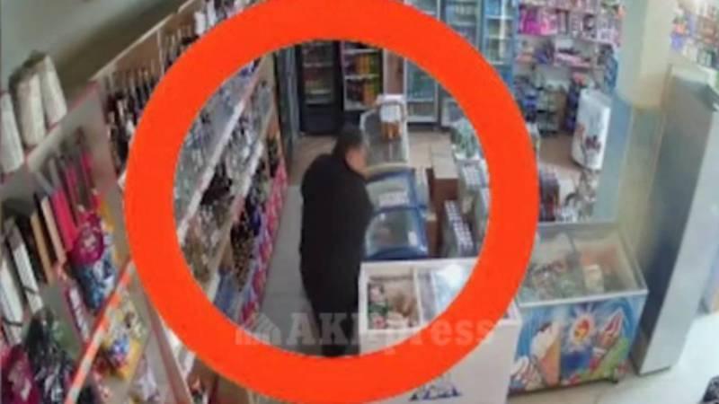 Камера видеонаблюдения засняла момент кражи продуктов в магазине в Новопавловке