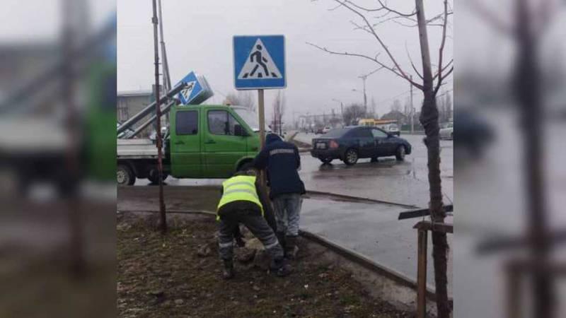 Дорожный знак на Ахунбаева-Молдокулова был сбит, его восстановили. Фото