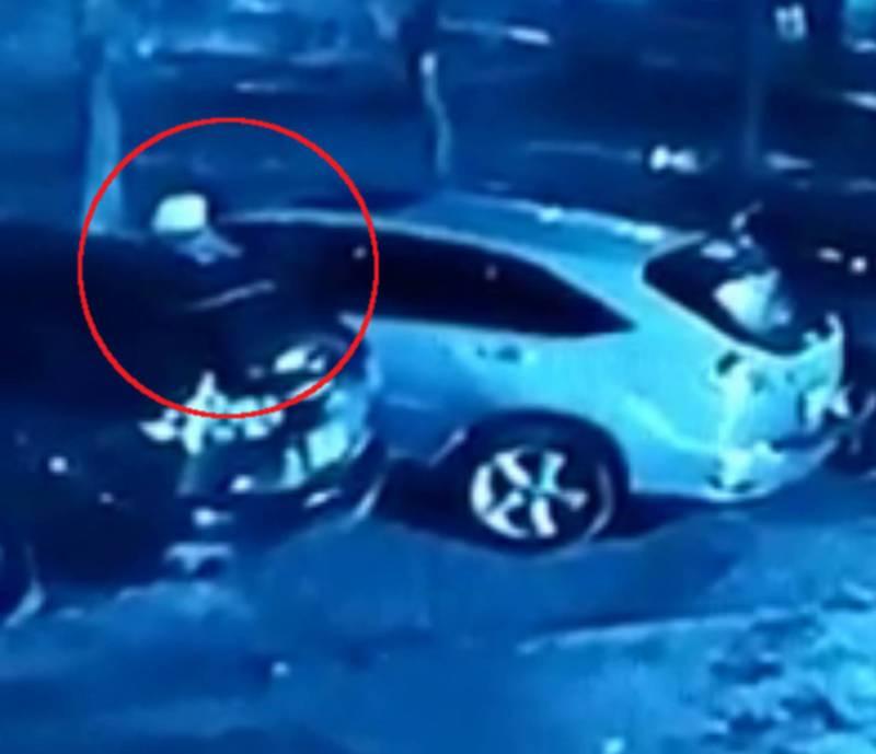 В Бишкеке парень разбил стекло машины и украл вещи. Видео