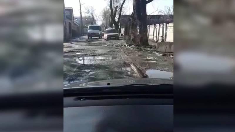 Бишкекчанин просит мэрию обратить внимание на состояние улицы Буденного. Видео