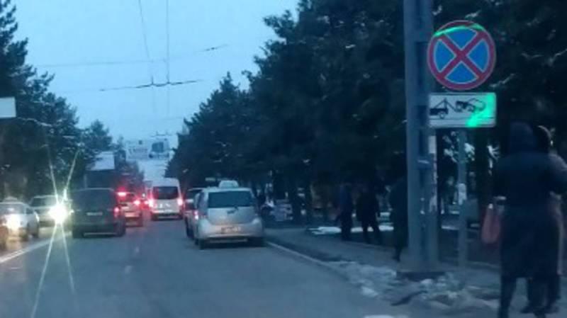 На Юнусалиева-Суеркулова таксисты паркуются под запрещающим знаком. Видео