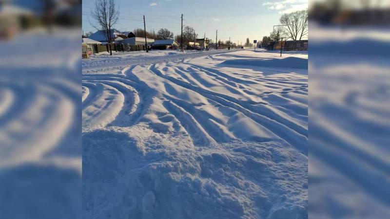 В Чолпон-Ате машины застревают в снегу высотой 50 см. Видео